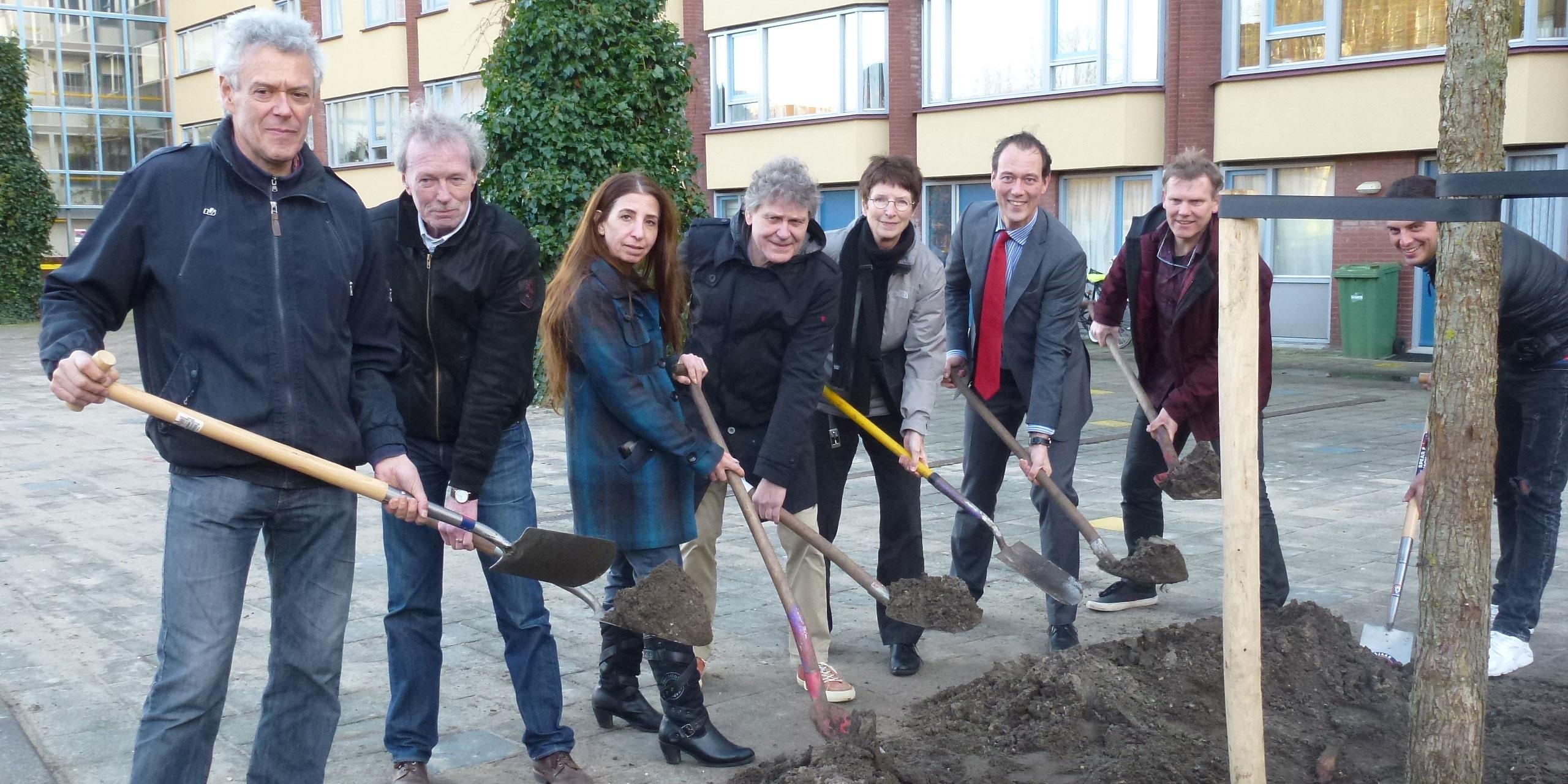 Twee eerste klimaatbomen van Den Haag geplant in het Jennyplantsoen